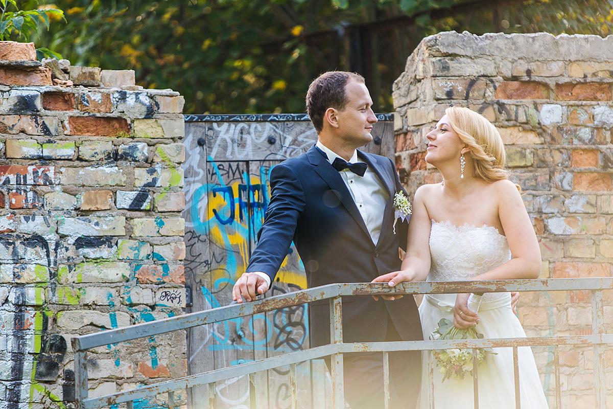 plytos, užupis, saulė, jaunieji, vestuvių nuotrauka