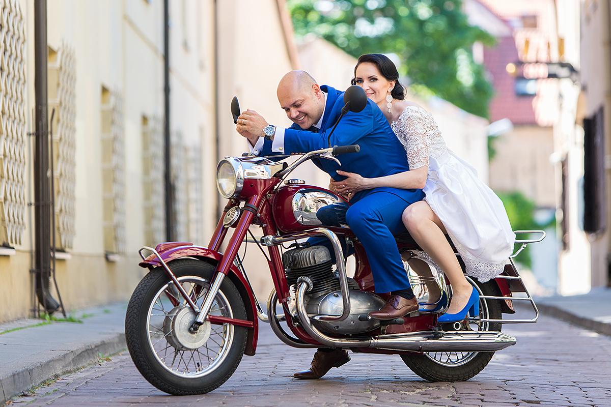 motociklas, vestuvinė fotosesija, mieste, gatvė, senamiestis, vilnius, mėlynas kostiumas