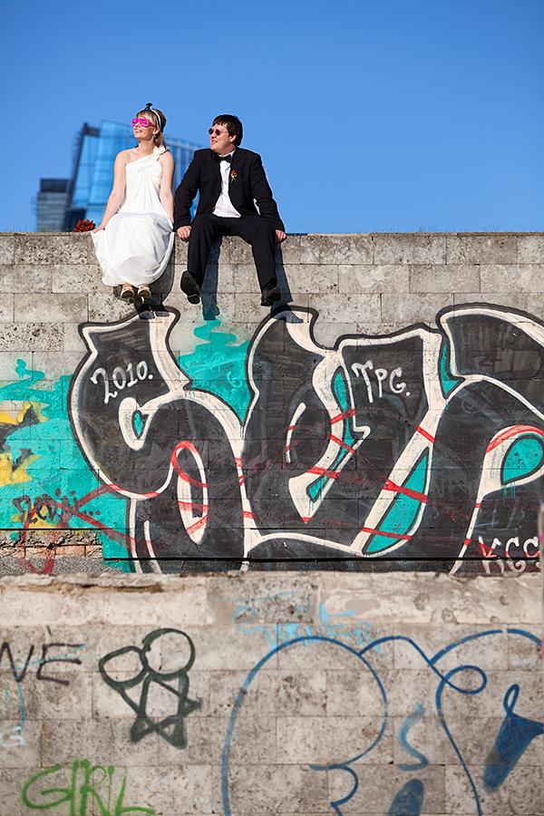 graffiti, siena, betonas, miestas, vilnius, saulė, akiniai nuo saulės, vestuvės