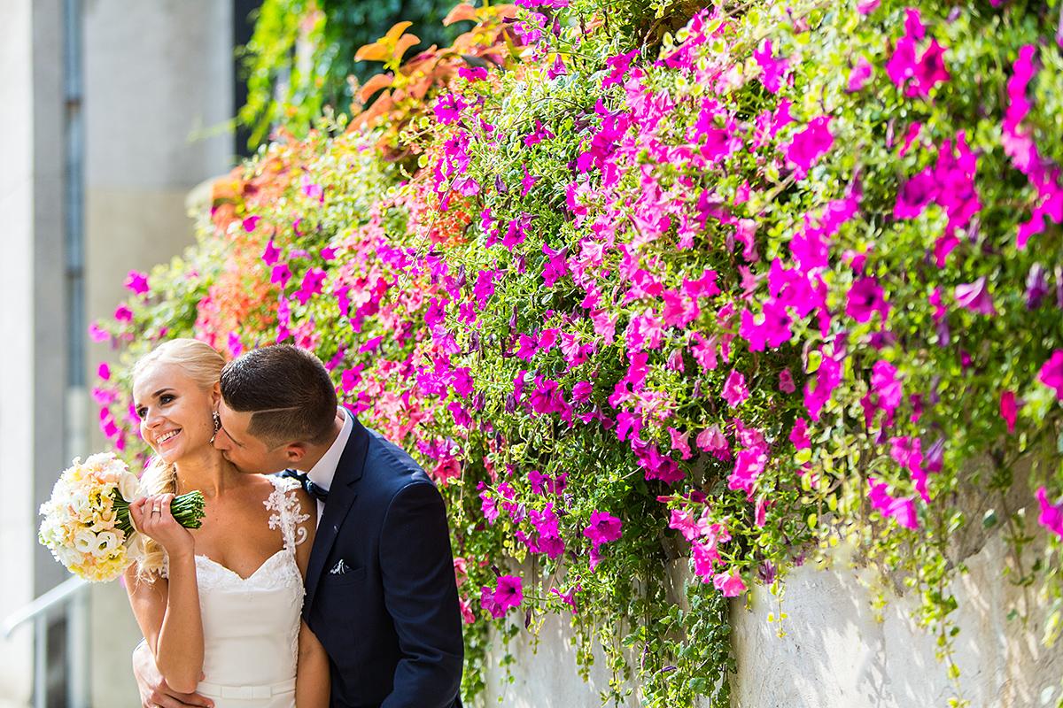 gėlės, miestas, bučinys, vestuvinė nuotrauka, vasara, jaunosios puokštė