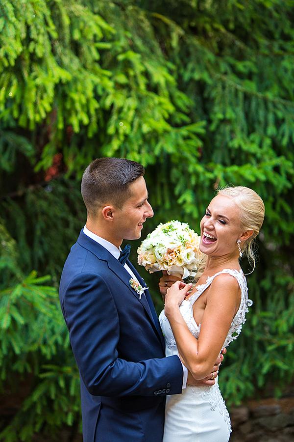 juokas, linksma, žalias backgroundas, medžių fonas, jaunieji, vestuvių diena