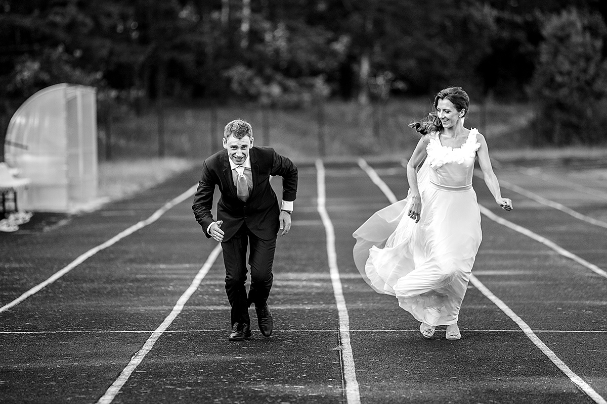 stadionas, lenktynės, vestuvių kadras, žemas startas, nespalvota nuotrauka, vestuvių fotografas
