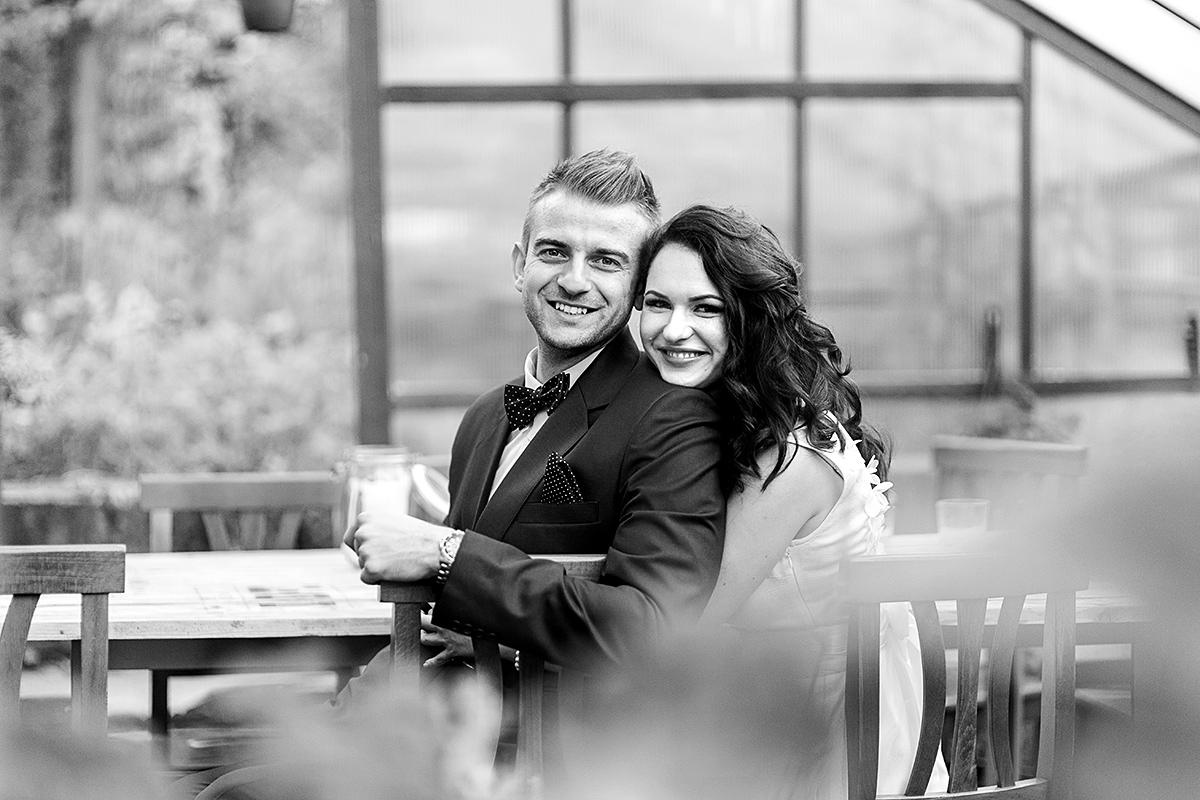 linksmi veidai, jaunieji, vestuvių vakaras, kėdės, smagu