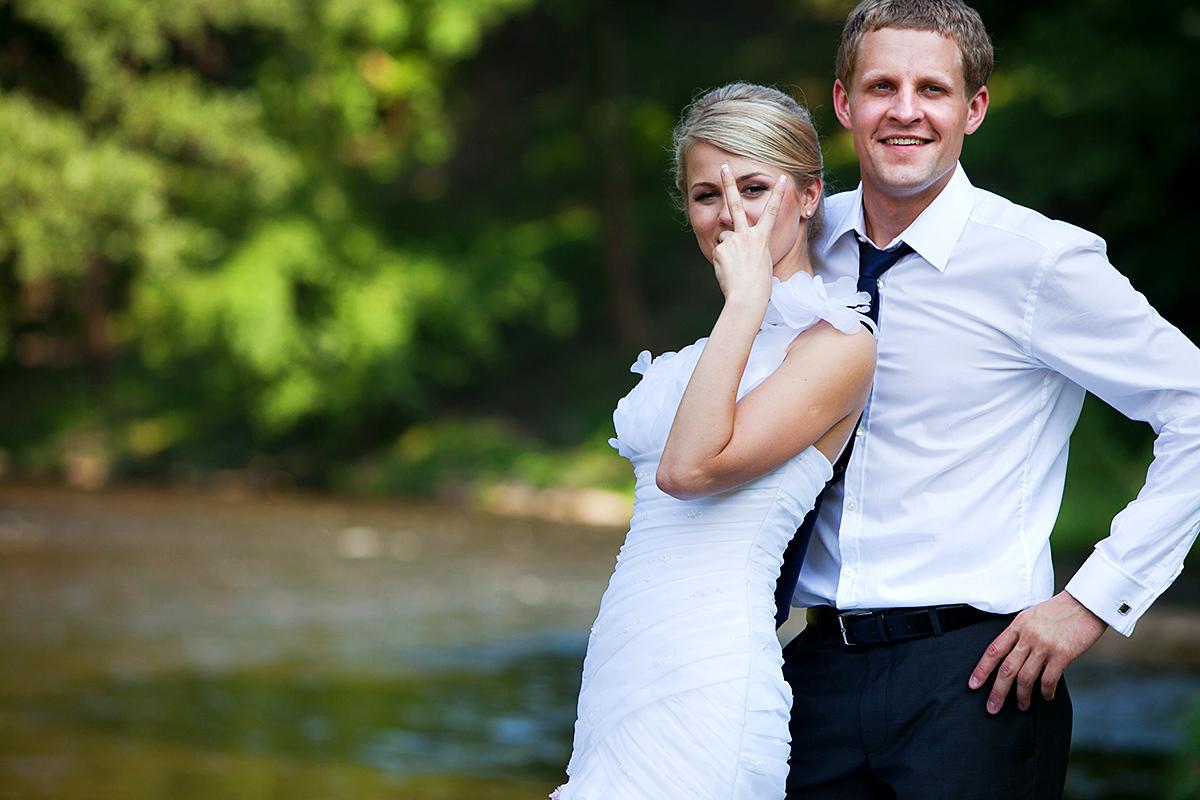 vestuvių nuotrauka, linksma akimirka, pergalės ženklas
