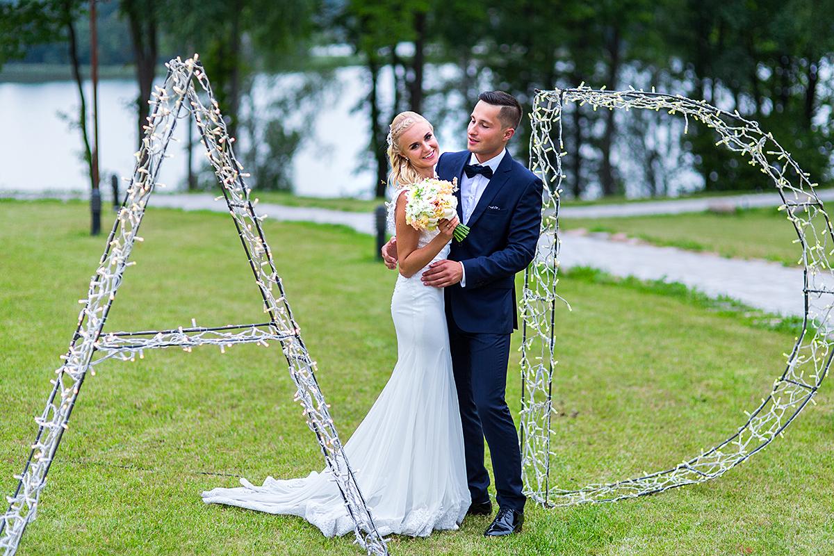 raidės, inicialai, šypsenos, vestuvinė nuotrauka, vestuvių fotografas