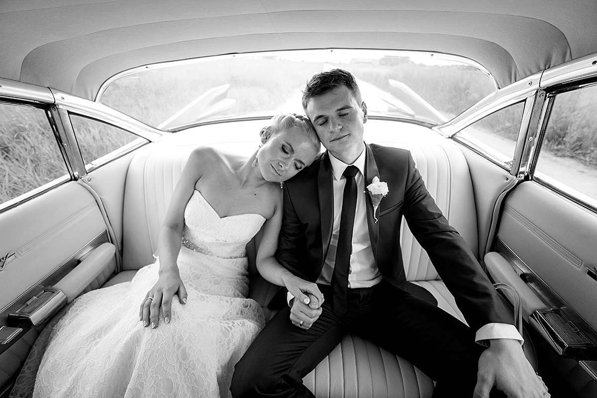 mašinoje, vestuvių transportas, vintažinė mašina, jautri akimirka, ramybe