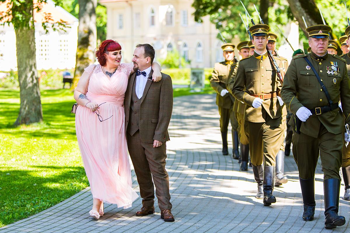 kareiviai, žygiuoja, šautuvai, vestuvinė nuotrauka, netyčia sutiko