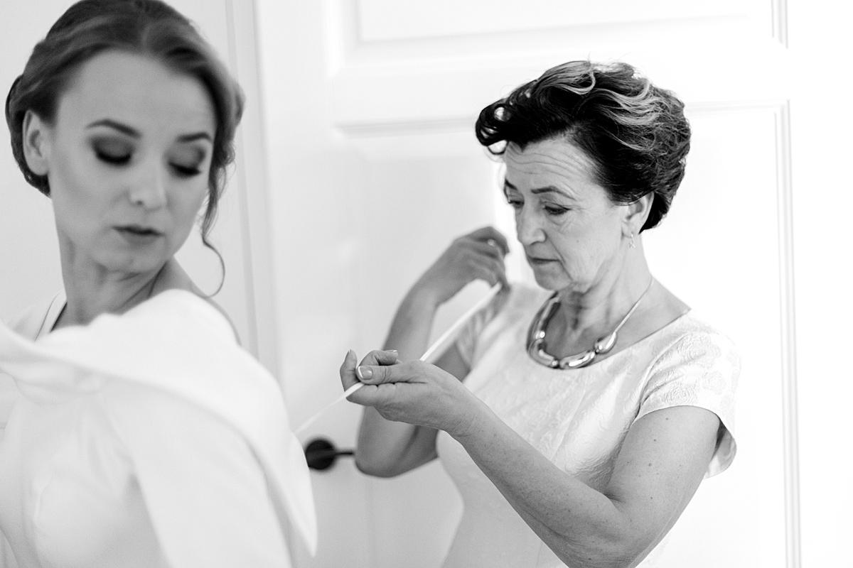 jaunosios mama, pagalba, vestuvinė suknelė, vestuvių rytas, pasiruošimas