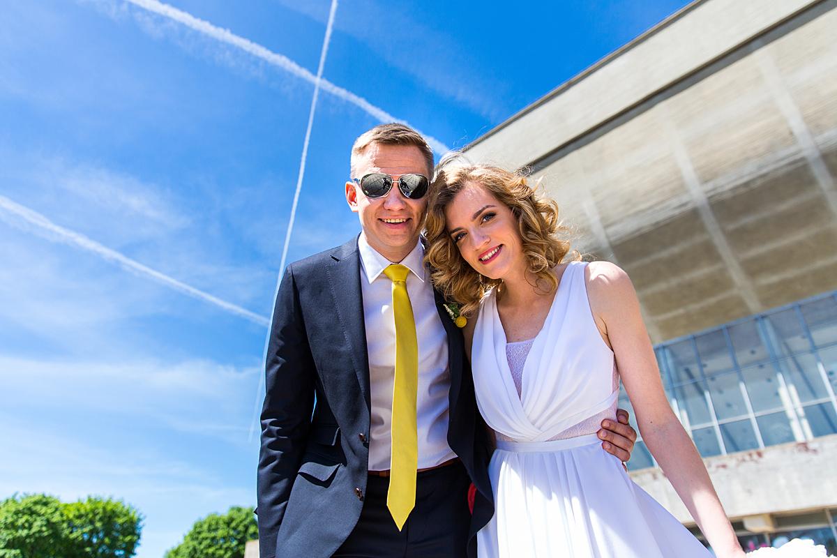 vestuvių kadras, jaunieji, sporto rūmai, saulė, lėktuvų juostos