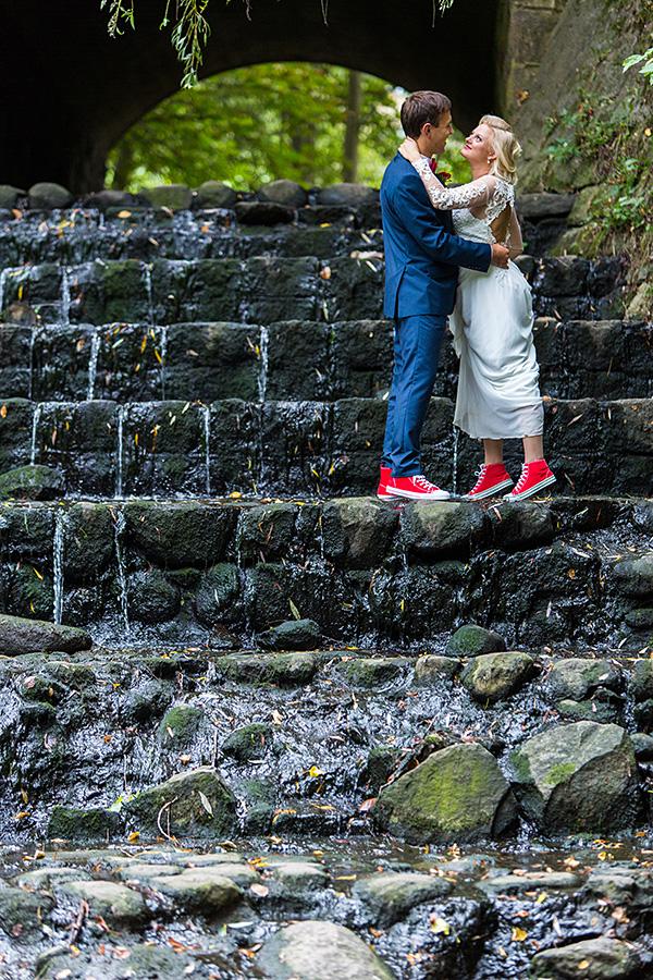 marvelės slėnis, marvelė, vestuvių akimirka, raudoni kedai, krioklys, akmenys