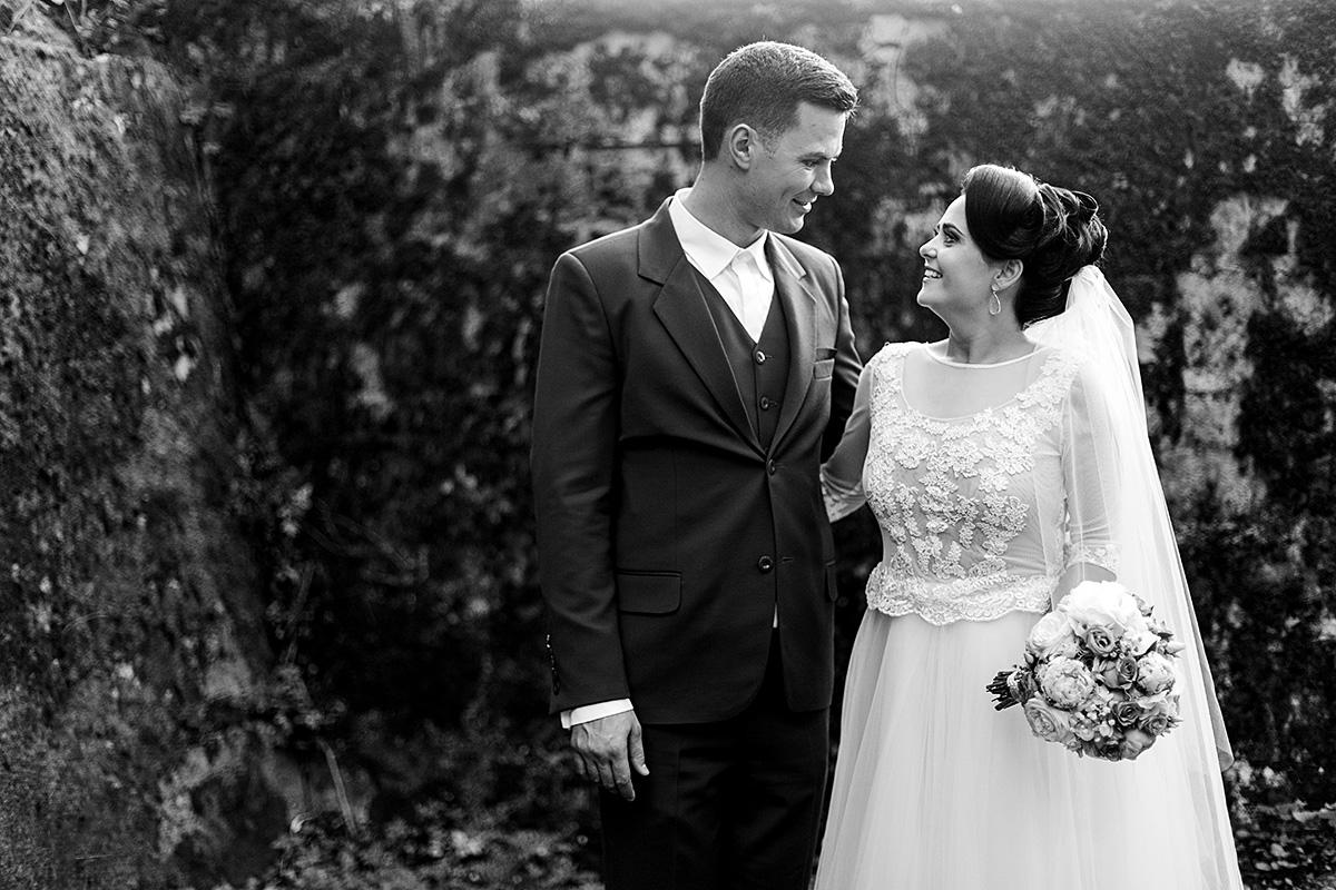 Vestuvių nuotrauka, jaunieji, šypsenos, nespalvota nuotrauka, meilė, vestuvių fotografas