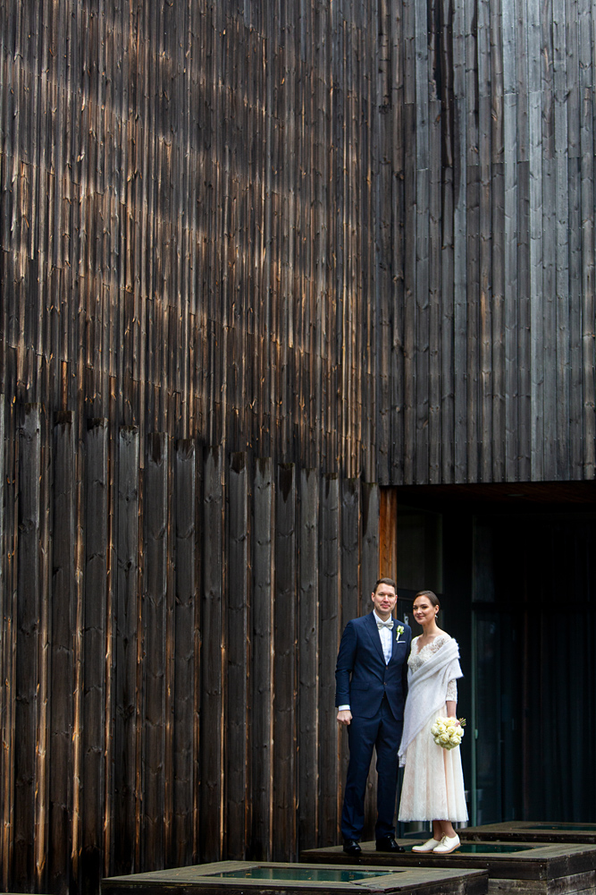 medinė architektūra, lygus fonas, vestuvių kadras, vestuvės rudenį, vestuvės per lietų