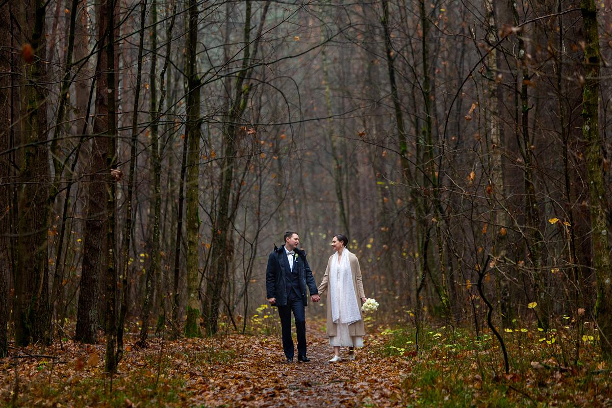 vestuvės rudenį, rudens vestuvės, miške, lietinga, valakampiai, vestuvinė nuotrauka