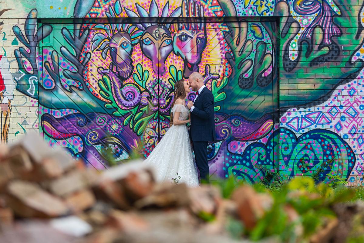 graffiti, vestuvių kadras, slaptas kadras, išpiešta siena, Zarasai