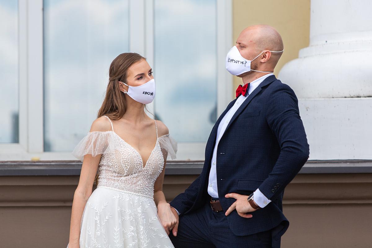 jaunieji su kaukėmis, vestuvės karantino metu, covid19 vestuvės, veido kaukės, mes šypsomės, originalu