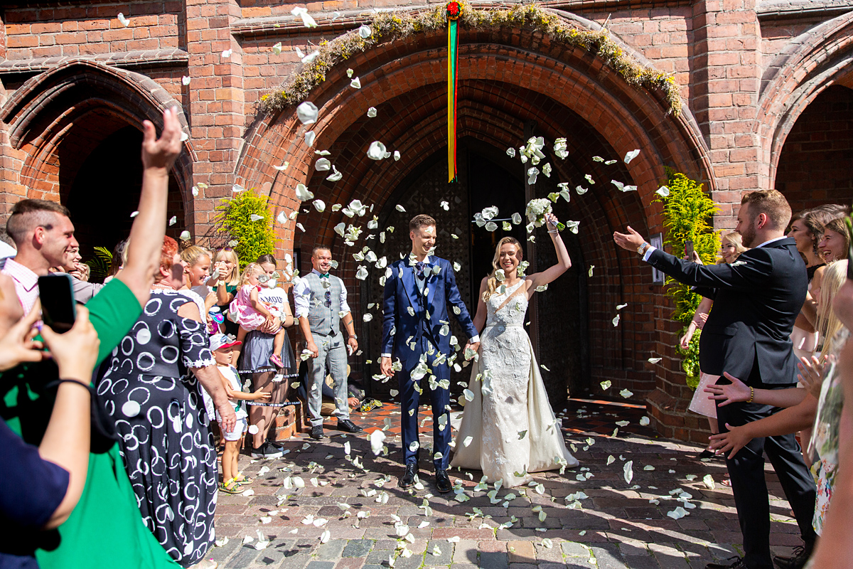 vestuvių ceremonija, sveikinimai prie bažnyčios, žiedlapių lietus, vestuvių svečiai, onos bažnyčia