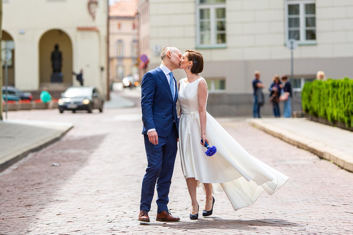Jaunųjų bučinys, Vilniaus senamiestis, vestuvių fotosesija, Vilnius, gatvė