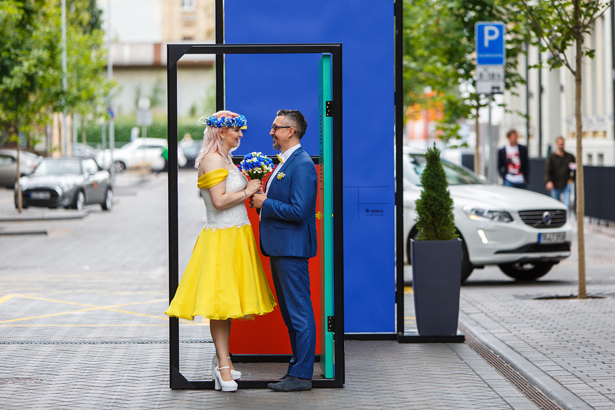 spalvotos durys, jaunavedžiai, vestuvių fotografavimas, gera nuotaika, gatvė