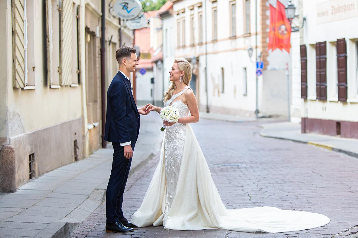 fotosesija Vilniuje, vestuvių nuotrauka, senamiestis, vieni gatvėje, ramybė