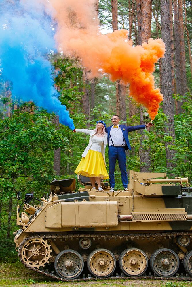 crazy, vestuvės ant šarvuočio, spalvoti dūmai, miškas, įdomios idėjos, originalios vestuvės