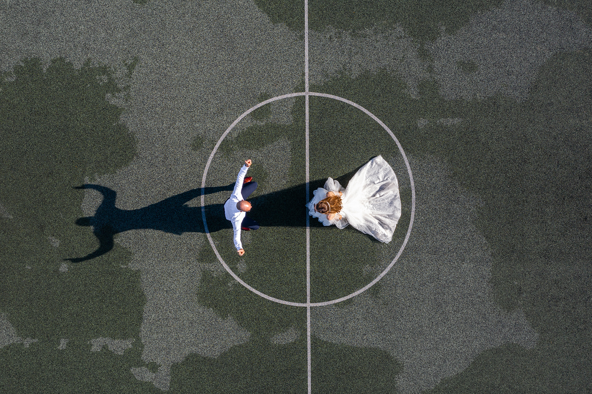 vestuvių fotografas su dronu, vestuvės su dronu, dronas vestuvėse, šešėlis, krepšinio aikštelė