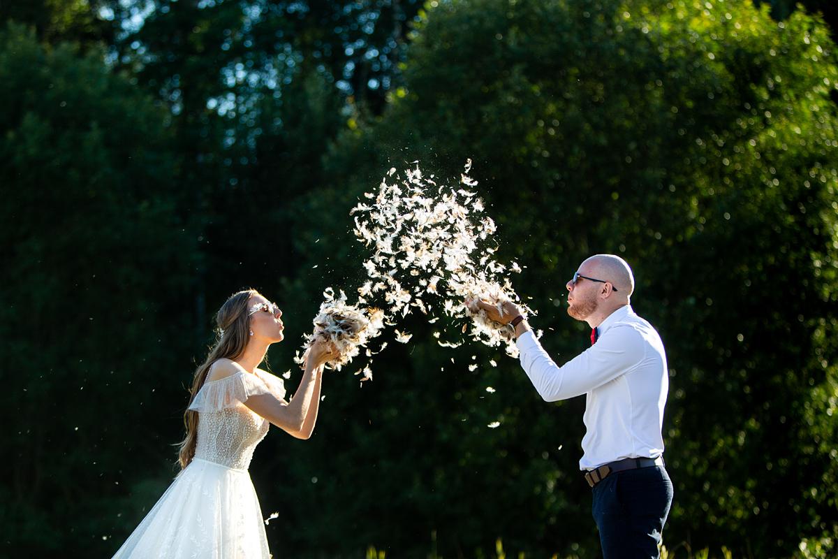 plunksnos, vestuvių fotosesija, saulės šviesa, originali idėja, įdomios vestuvės