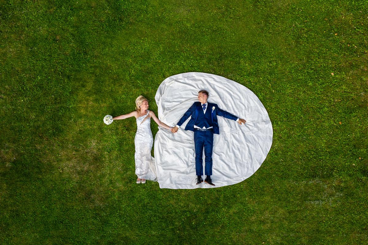 vestuvių fotografas su dronu, vestuvės su dronu, dronas vestuvėse, guli, jaunosios suknelė
