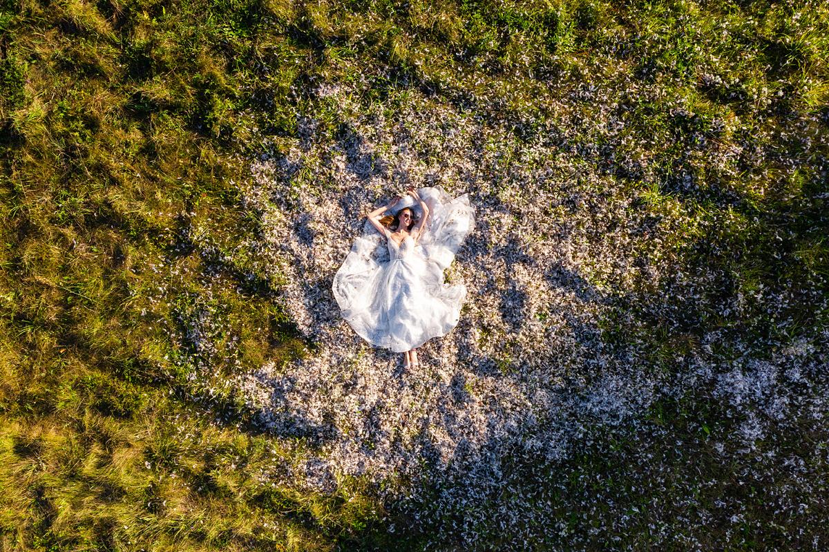 vestuvių fotografas su dronu, vestuvės su dronu, dronas vestuvėse, nuotaka ir plunksnos