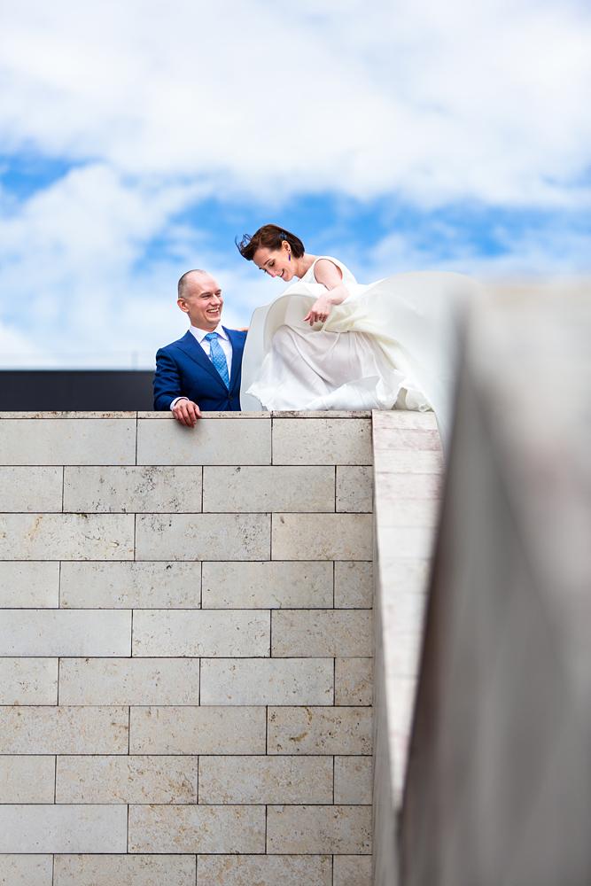 vestuvinė suknelė, vestuvės Vilniuje, nacionalinė dailės galerija, vėjas, saulė, gera nuotaika