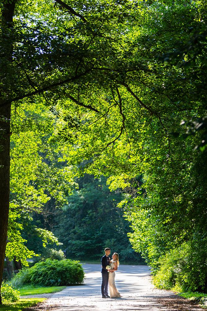 vestuvių kadras, vestuvės Vilniuje, Kairėnai, botanikos sodas, tarp medžių, saulė
