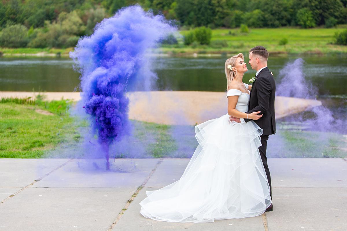dūmai, spalvoti vestuvių dūmai, prie nemuno, violetinė spalva, jaunieji