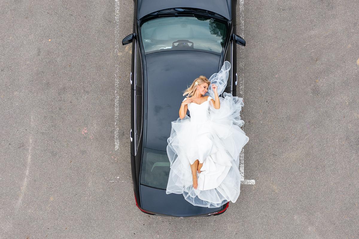 vestuvių fotografas su dronu, vestuvės su dronu, dronas vestuvėse, nuotaka ant mašinos stogo