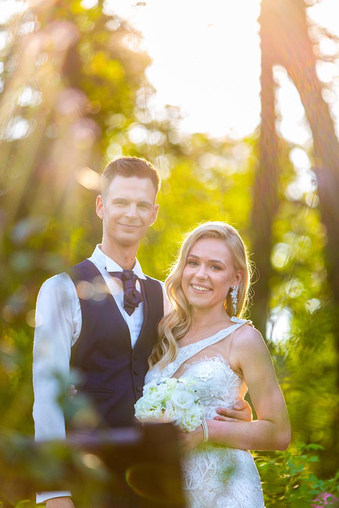 jaunieji parke, botanikos sodas, saulė, šypsenos, vestuvių fotografas Vilniuje