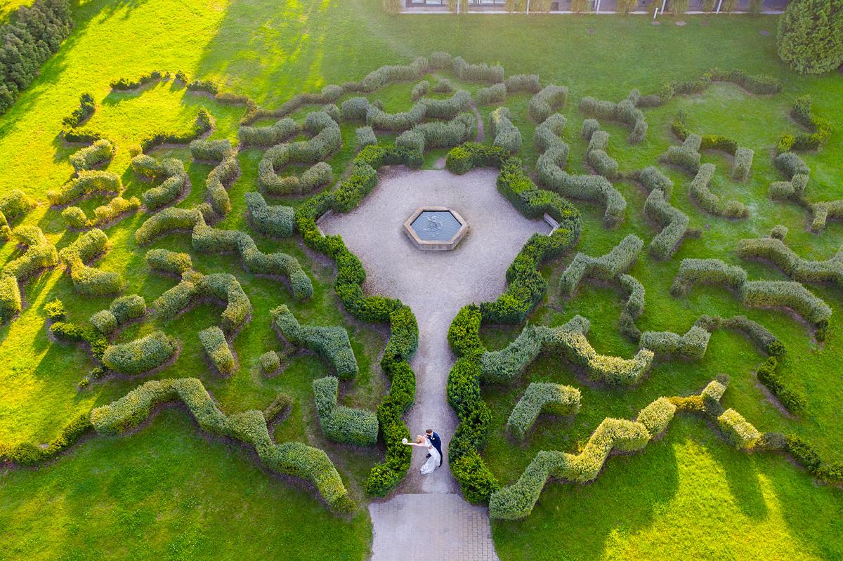 vestuvių fotografas su dronu, vestuvės su dronu, dronas vestuvėse, Kairėnai, botanikos sodas, labirintas