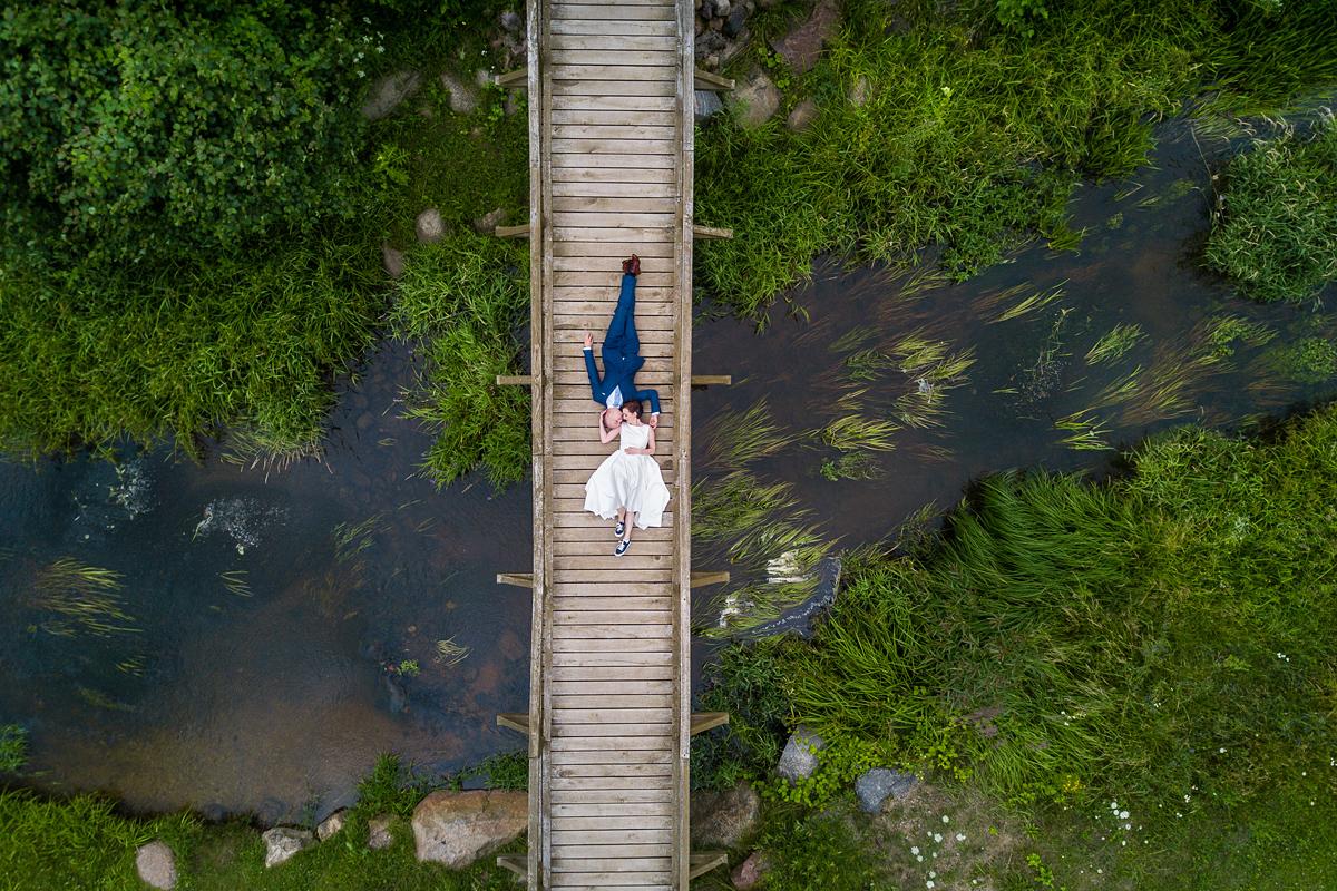 vestuvių fotografas su dronu, vestuvės su dronu, dronas vestuvėse, tiltas, upė, gamta